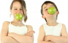 Kinder mit Obst